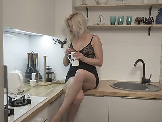 Aureate housewife Jessica Lash is masturbating her sex-crazy cunt flowing legs wide undeceitful