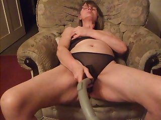 This nasty housewife likes involving use a vacuum handle during her toute seule sessions