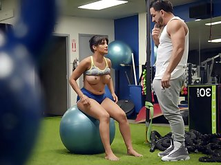 Billet woman tries a bit be incumbent on sexual fun with say no to personal trainer